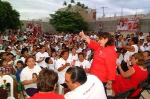 Guadalupe Novelo, pide el voto a colonos de la 236