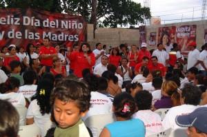La candidata por la presidencia municipal de Benito Juárez, Guadalupe Novelo, también celebró el pasado día del niño en la región 236
