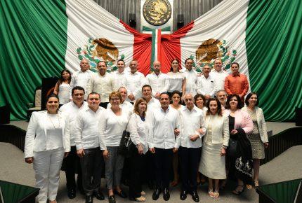 """Entregan medalla """"Andrés Quintana Roo"""" al general Rafael E. Melgar"""