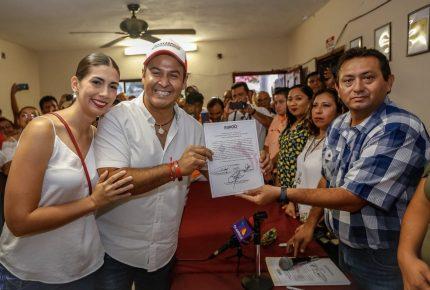 Recibe @JuanCarrillo58 constancia como presidente electo de #IslaMujeres