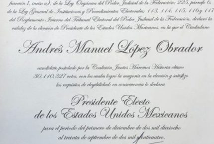 Andrés Manuel López Obrador recibe constancia de presidente electo