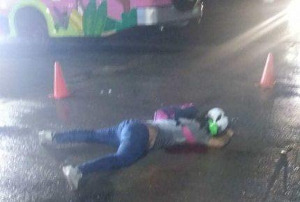 Chófer de autobús de Xcaret atropella y mata motocilista