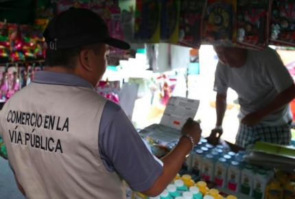 Inspeccionan al comercio en la vía pública de Cancún