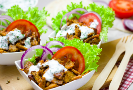 Sirven comida de carne humana en un restaurante vegetariano