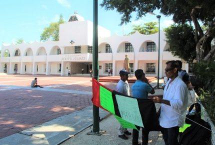 Empleados de #InteligenciaMéxico llevan su #huelga al ayuntamiento en #Cancún
