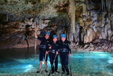 Festeja Alex Lora sus 50 años de rocanrolear en caverna de Río Secreto en Quintana Roo