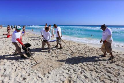 Refuerzan programa de mantenimiento de playas en Cancún