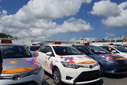 Dan banderazo a 100 taxis naranja en el 46 aniversario del sindicato de taxistas