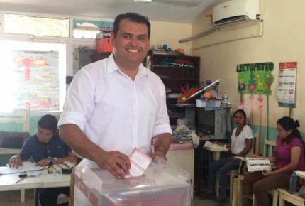 Vota Edgar Gasca en Isla Mujeres en la colonia Salinas
